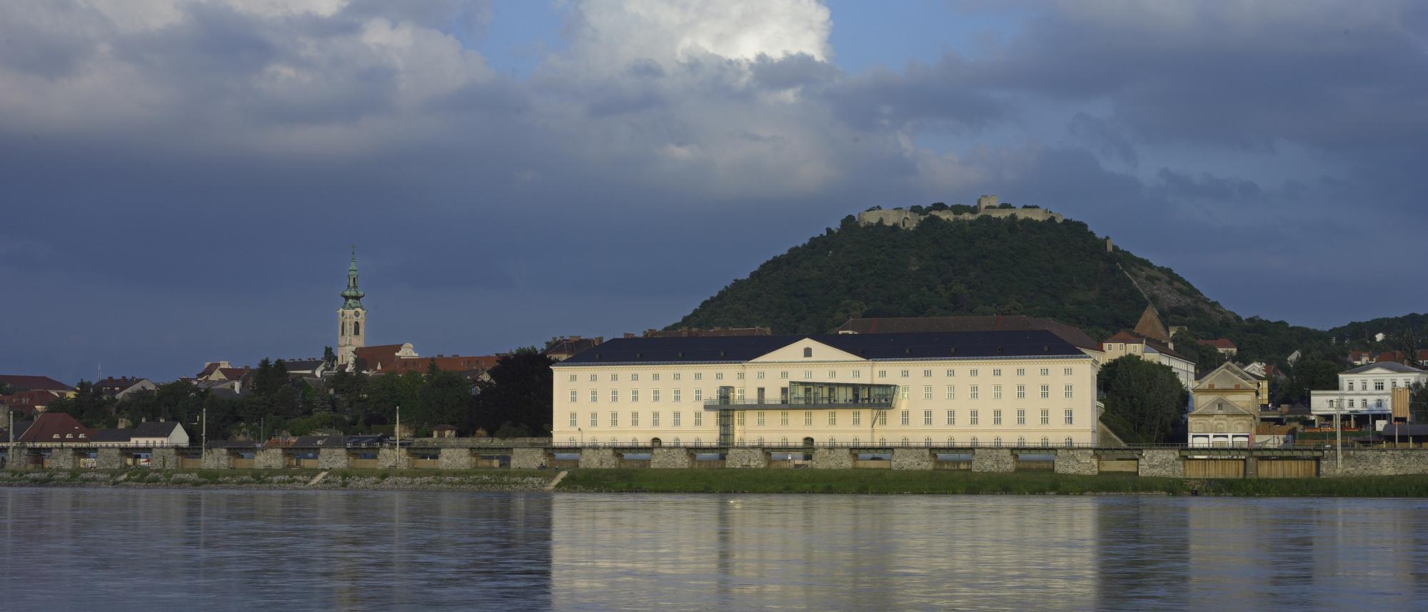 Ausstellungsstandort Kulturfabrik Hainburg bei Tag © Stefan Baumann